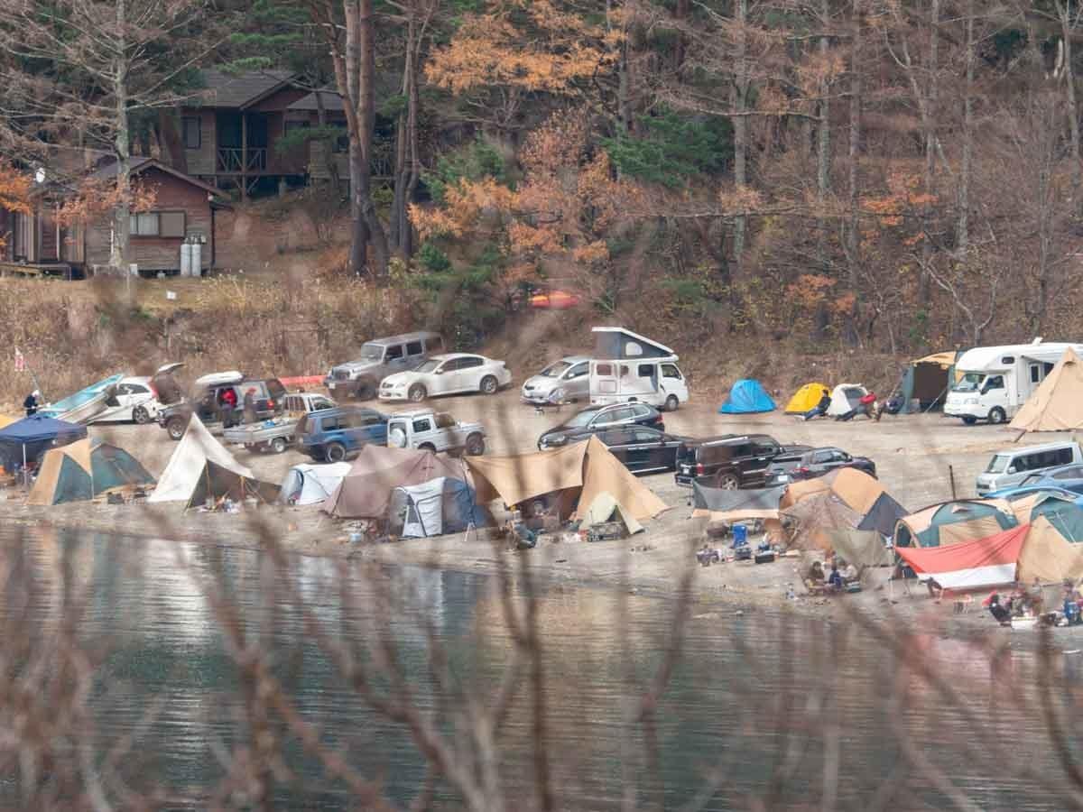 湖側から見た洪庵キャンプ場
