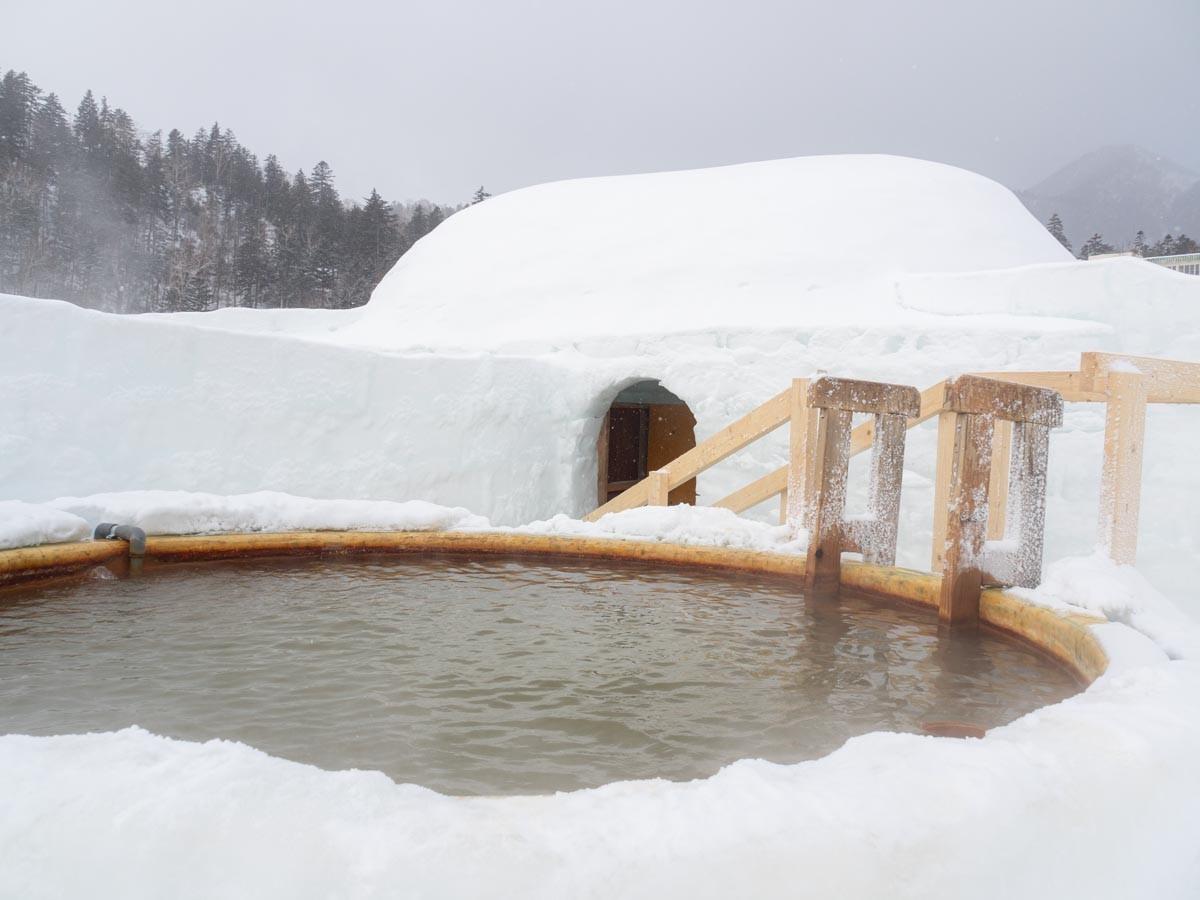 雪で作った温泉