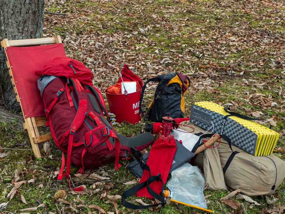 キャンプ道具を車から降ろし並べた