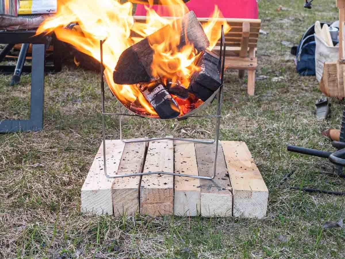ピコグリル398の下に薪を並べ断熱