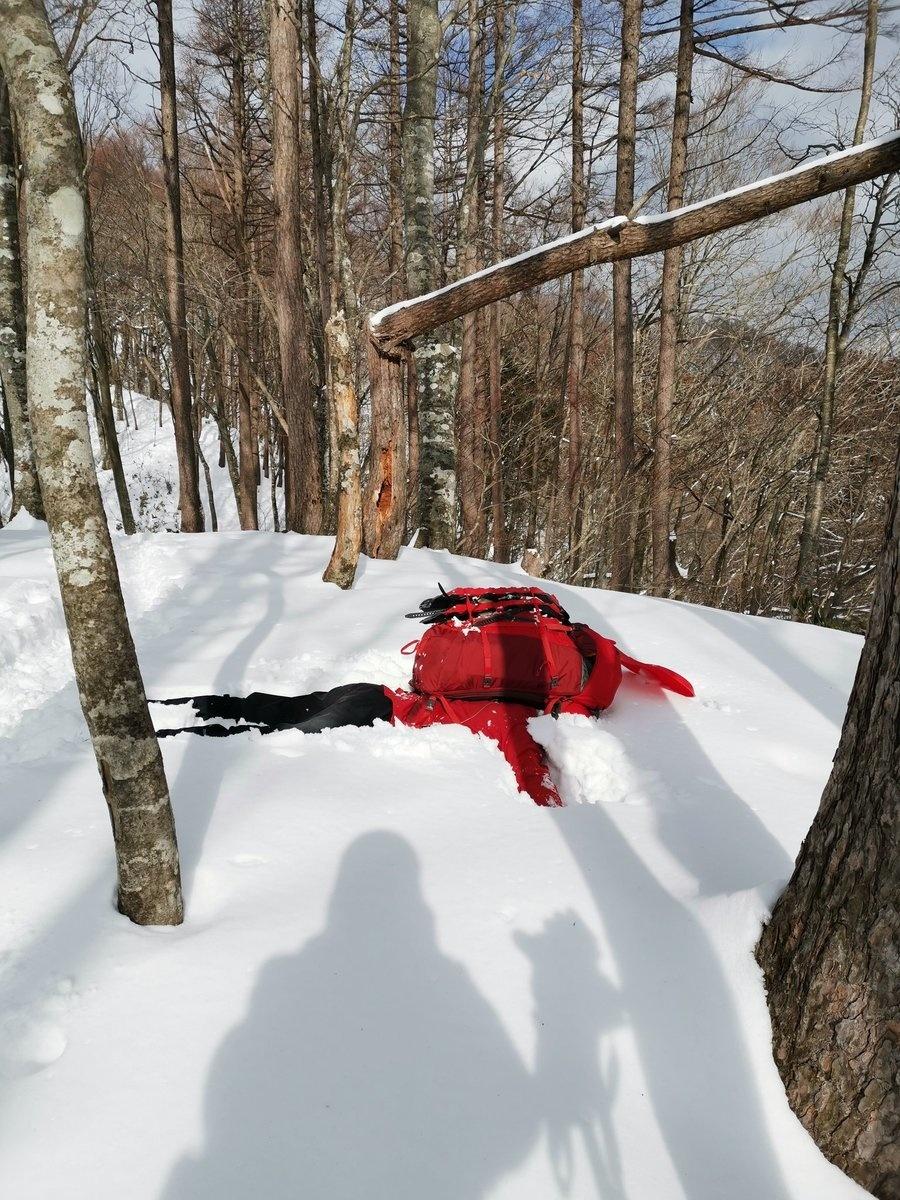 雪に倒れて遊ぶ