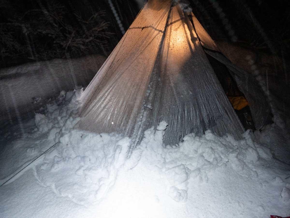 冬山で張ったディリゴ2が雪で埋もれてる