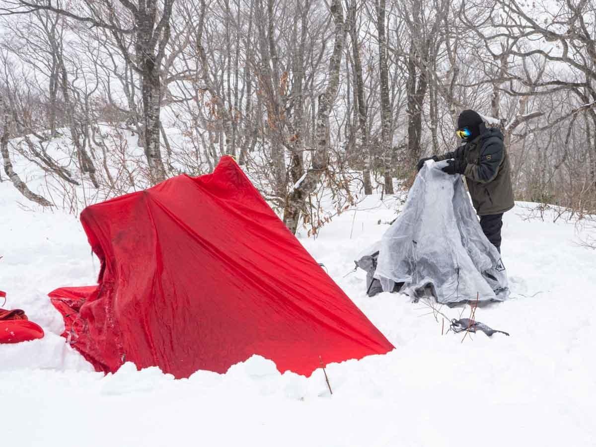 雪上にテントを設営