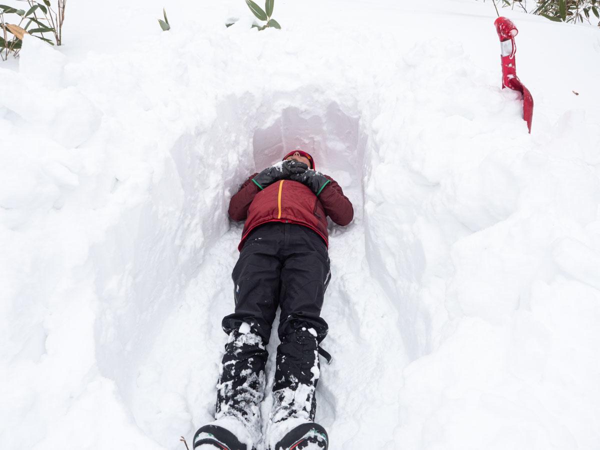 雪穴を掘って寝転がる