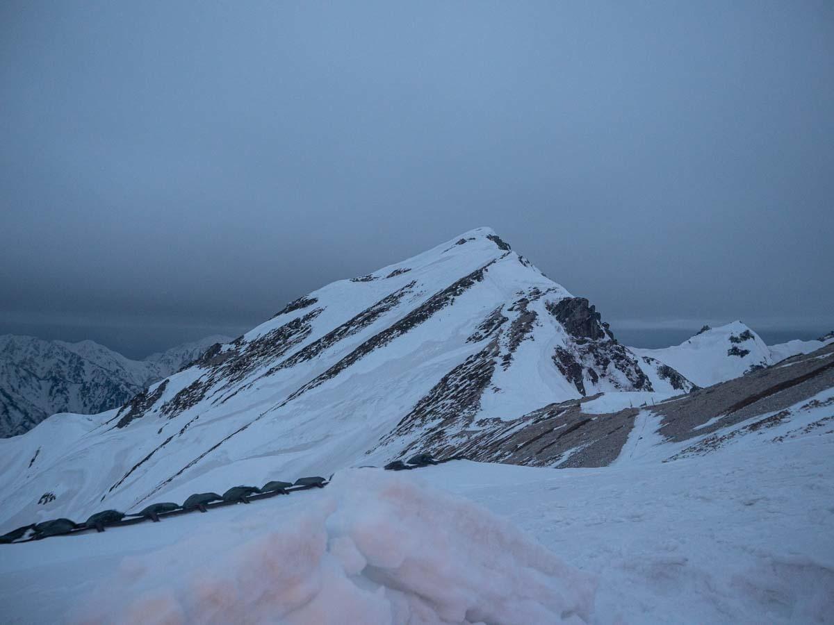 曇天の唐松岳