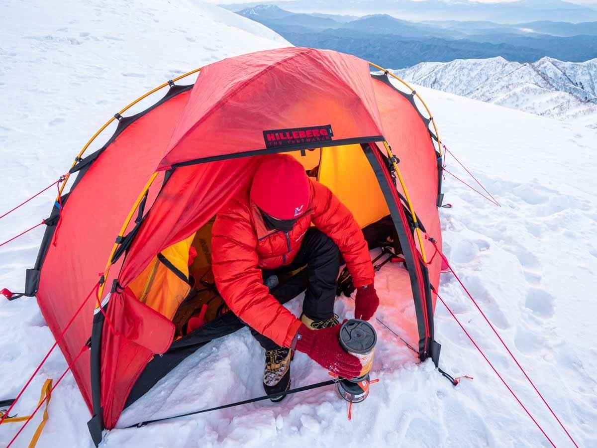 冬山に張ったヒルバーグソウロの前室で調理