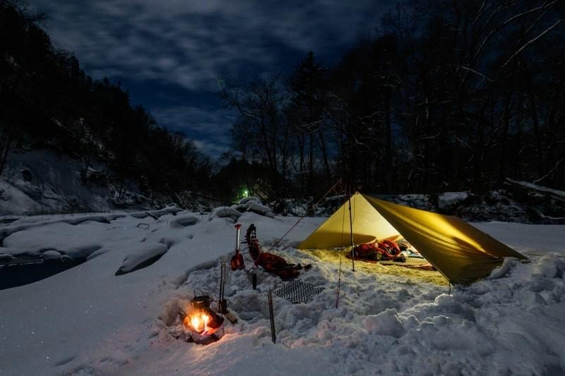 冬の夜に光るタープ泊