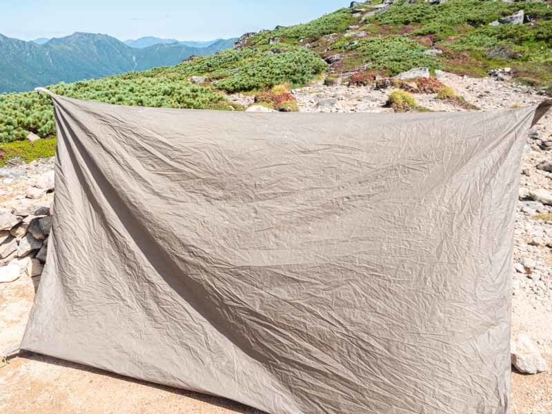 ひっくり返したテントのフロア