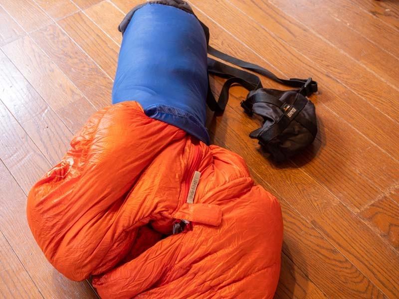 コンプレッションバッグに寝袋を入れる
