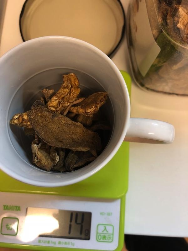 ポルチーニ茸をコップに入れる