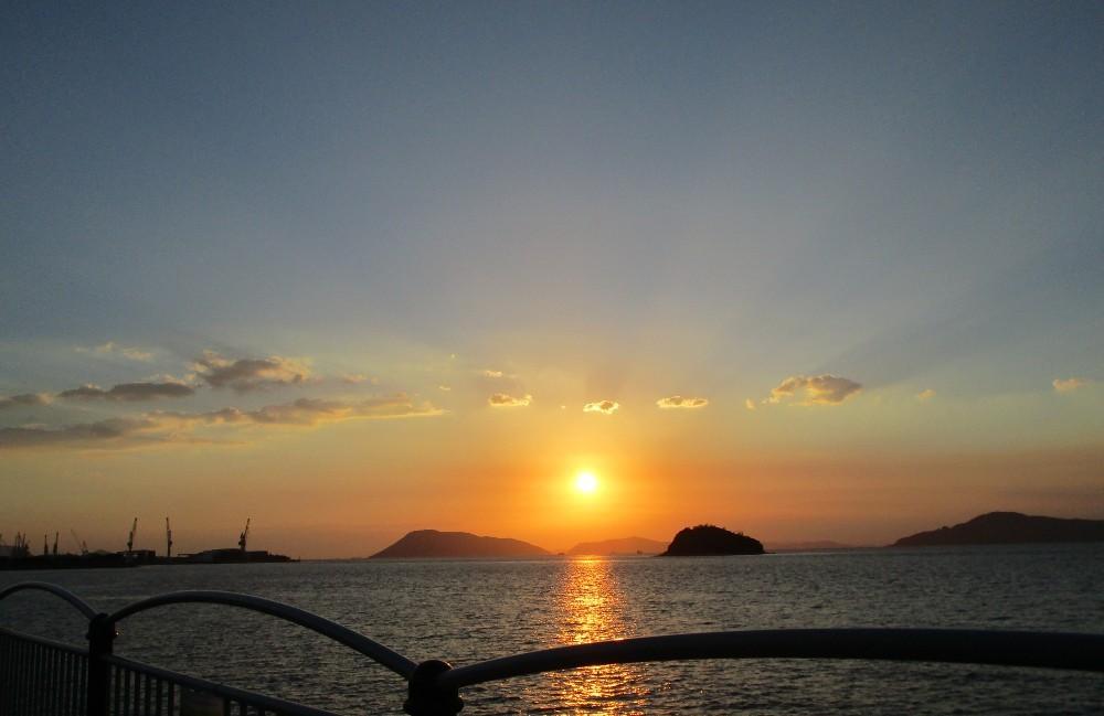 夕陽と海と工場と