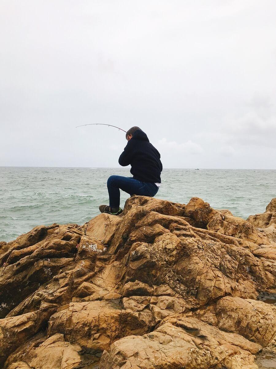 時化の灯台島で釣りをするホラッチョ
