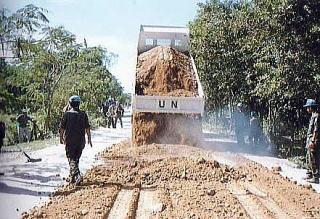カンボジアで道路補修にあたる自衛隊
