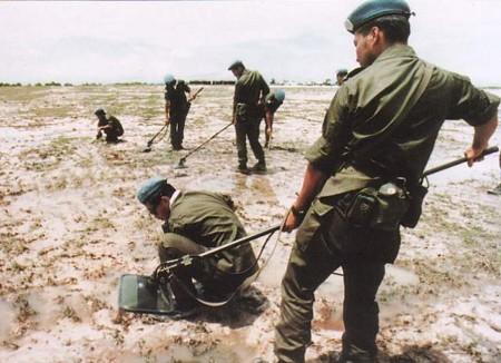 カンボジアで地雷・不発弾等の除去にあたる自衛隊